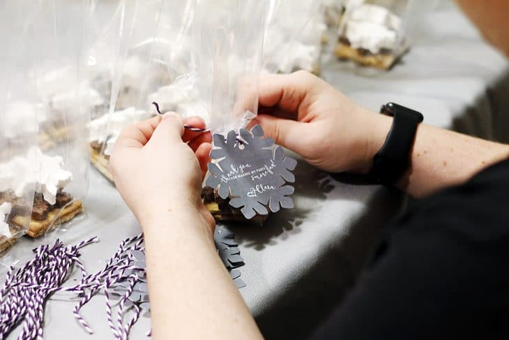 Are you hosting a winter party? Or maybe a Frozen-themed birthday party for a special little girl in your life? These snowflake s'more party favor bags are the perfect gift to your guests!