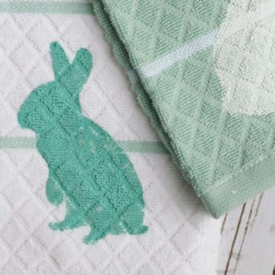 Make these simple Spring kitchen towels perfect for Easter with this FREE cut file. Whip these up in less than 10 minutes!