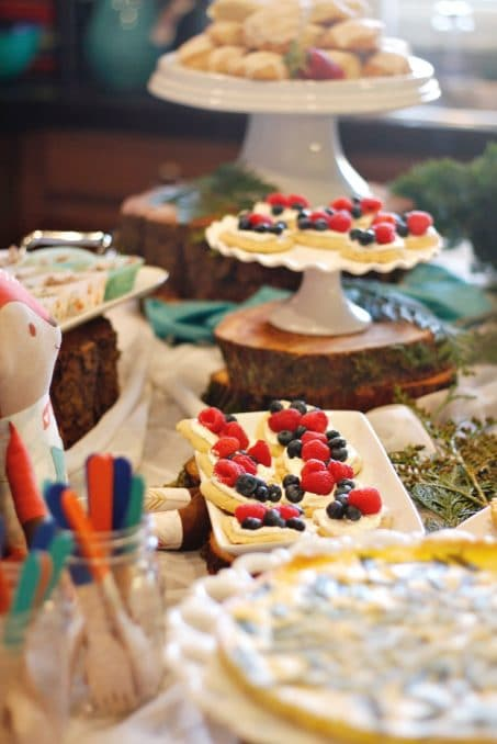 LOVE THIS! This Woodland Baby Shower party has so many cute ideas for baby shower food, decor, and games.