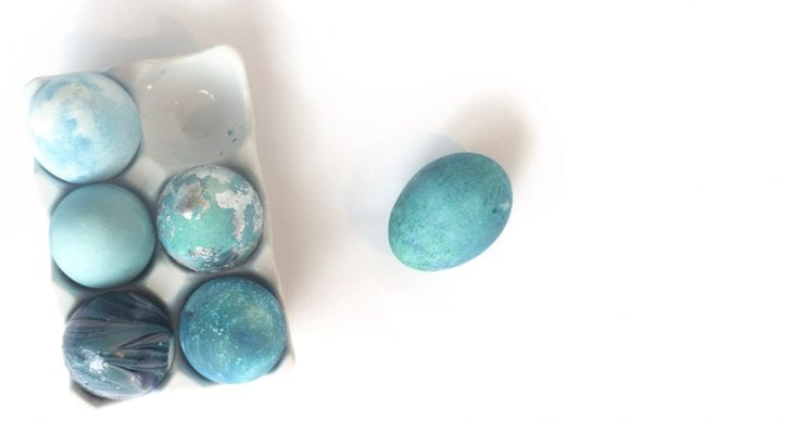 Learn how to decorate robin speckled easter eggs using some rice and food coloring!