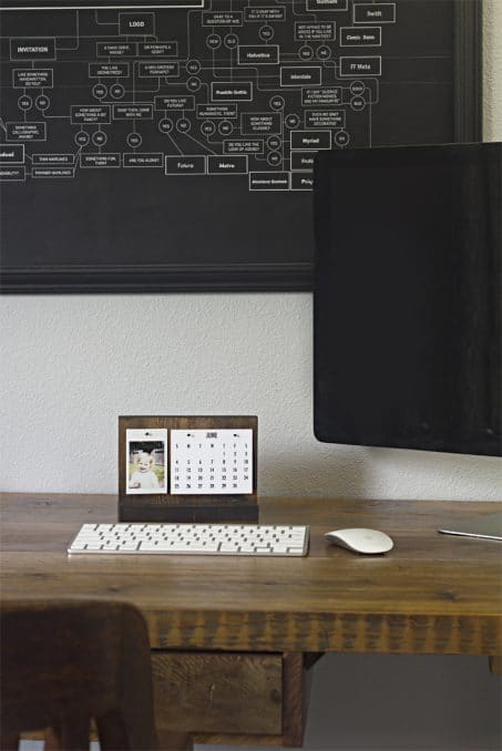 How to make a modern desk calendar // This easy, DIY desk calendar stand is the perfect holder for a picture of your favorite person and a simplistic calendar. The simple design fits many different styles and is the perfect gift!
