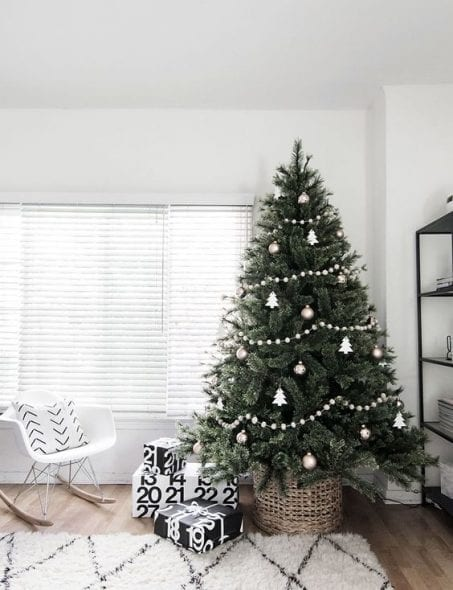 check out these minimalist christmas tree ideas before you makeover your home for the holidays - Minimalist Christmas Decor